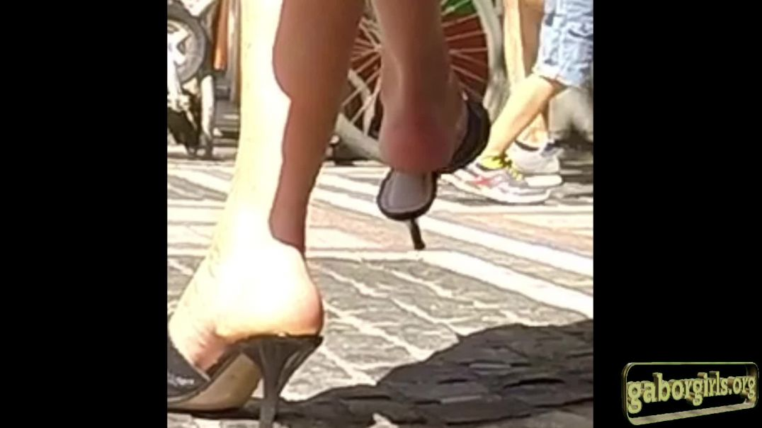 Live on Street - Highheeled Mules dangling - Slowmotion