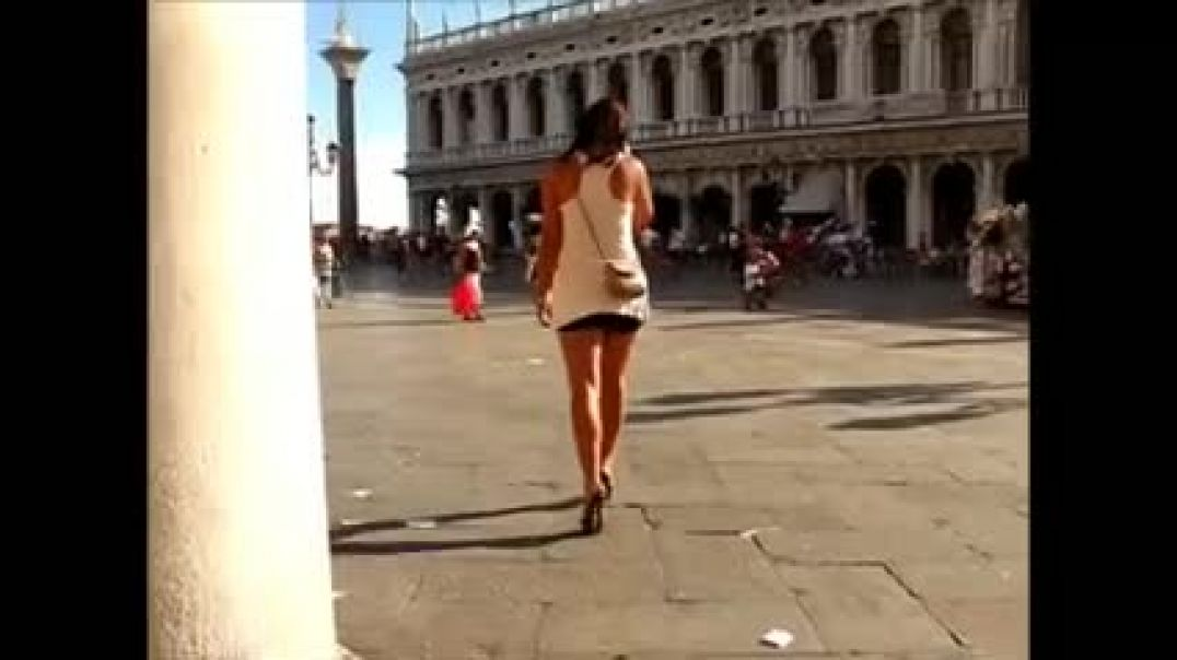 Hot Babe in Venice walking around in highheeled Mules