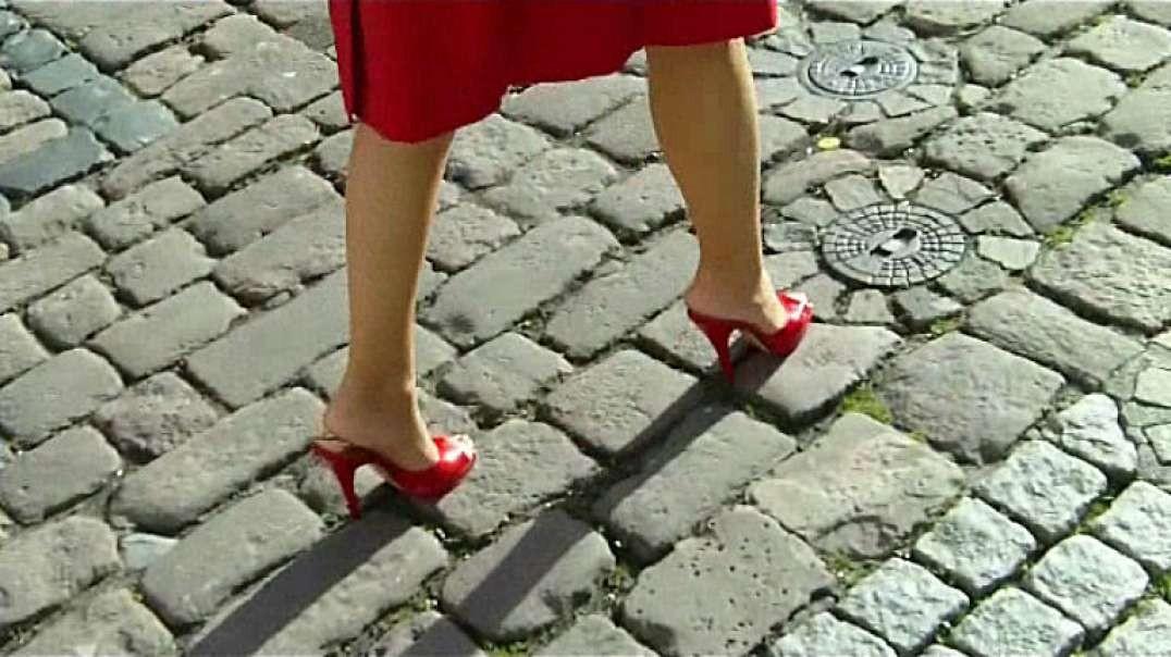 Red Mules (13cm) (3) on cobblestone in Heidelberg (1)