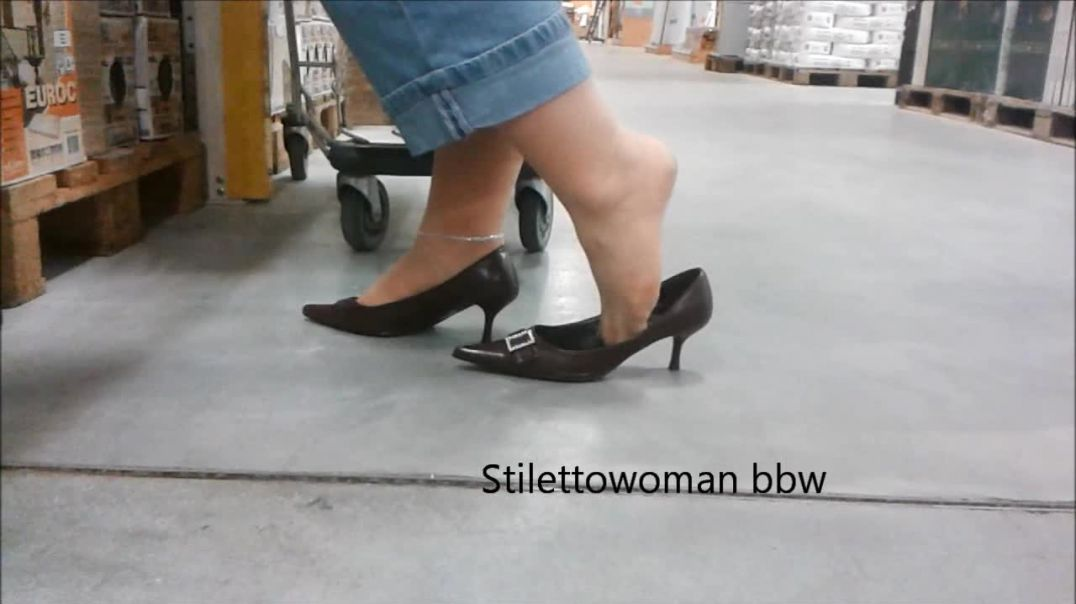 shopping, walking with brown kiiten Pumps, Stilettowoman bbw