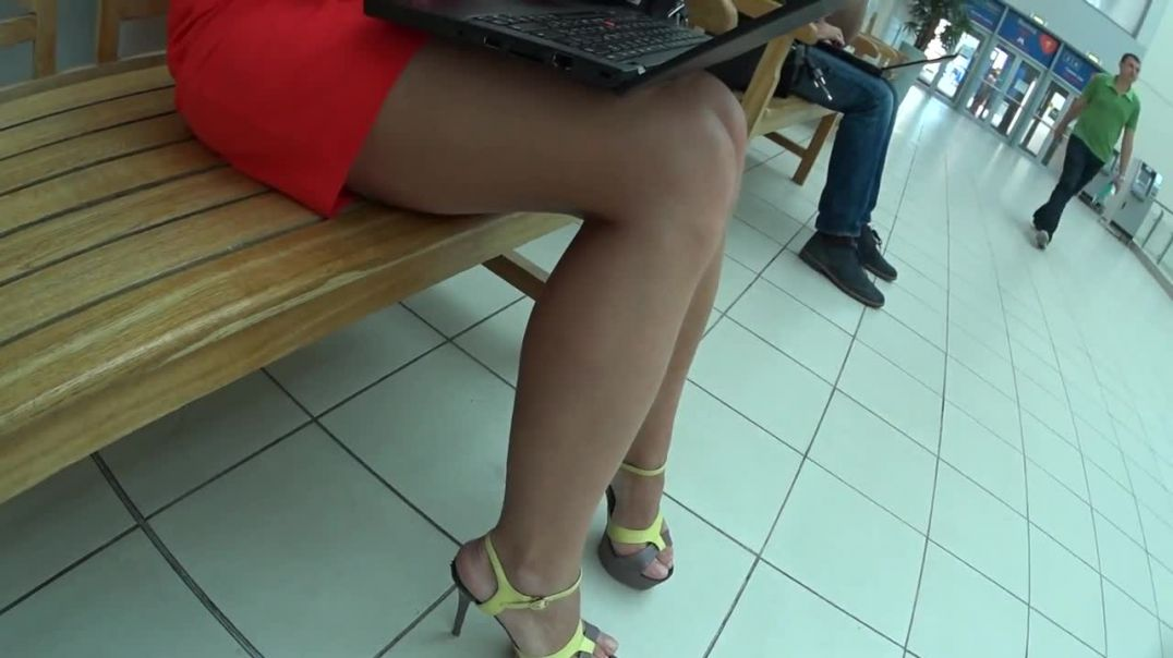 Street Candid - Sexy Russian MILF doing her Mobile Office in High Heels
