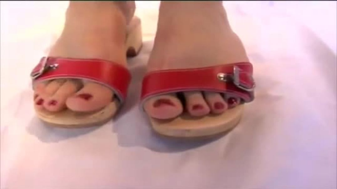 SCHOLLS  RED WITH RED TOENAILS