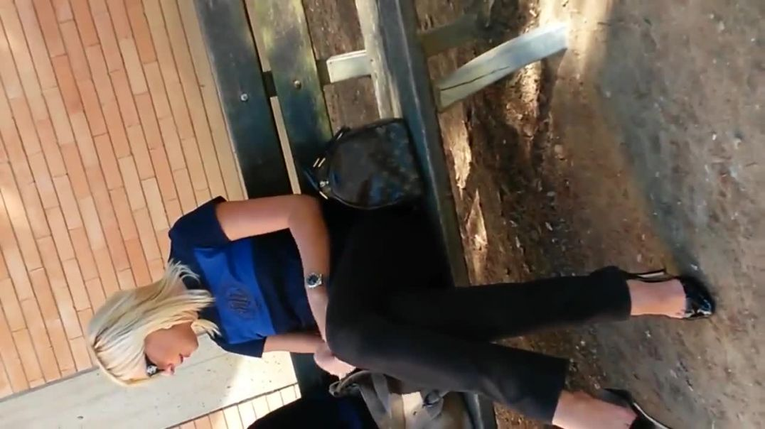 Street Candid - Sexy Blonde MILF dangling her High Heels