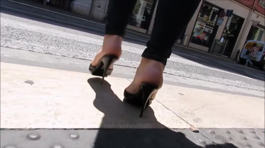 Street Candid - Milf in sexy Mules in the street by Stilettoheels