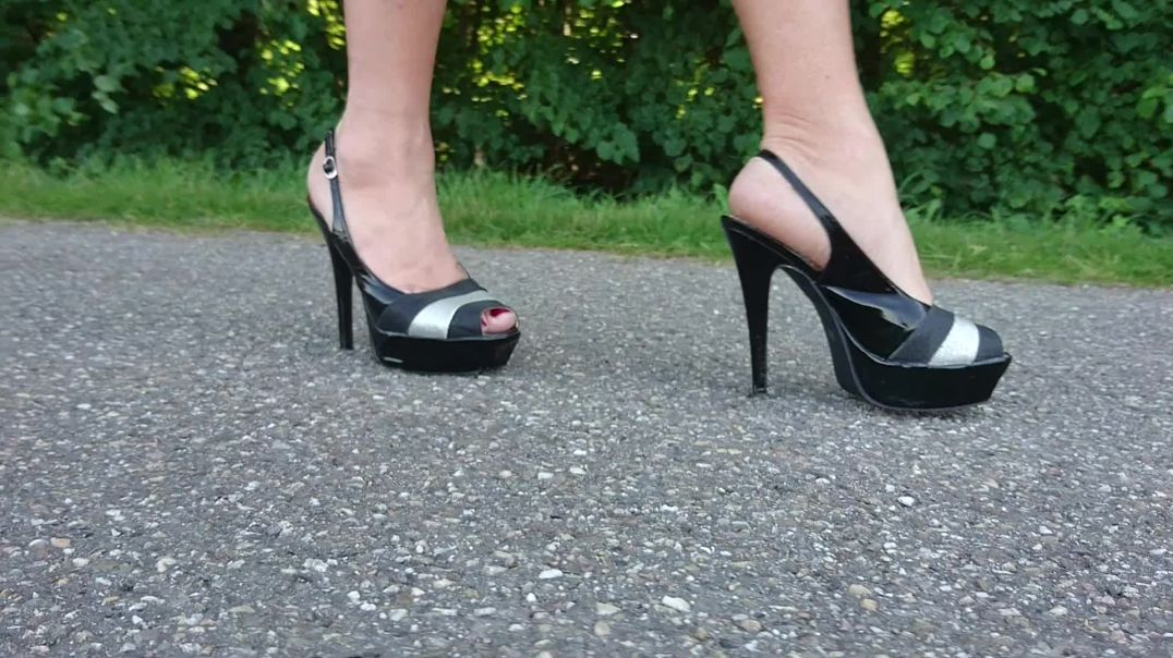 outdoor walk in plateau highheels