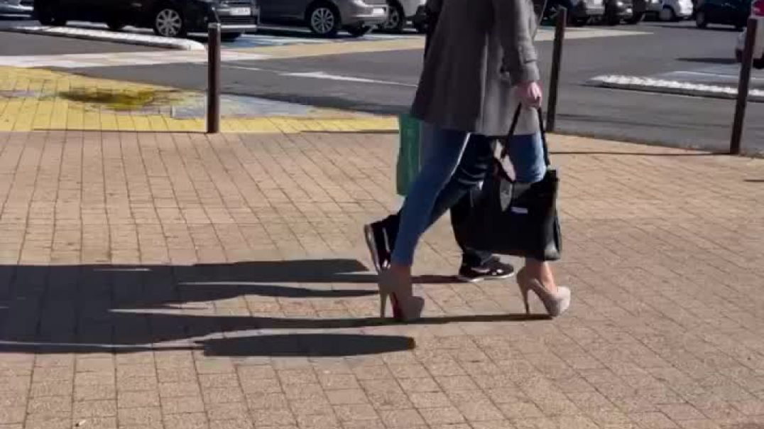 My second favorite Candid milf is back !! And always with incredible maxi High heels !!