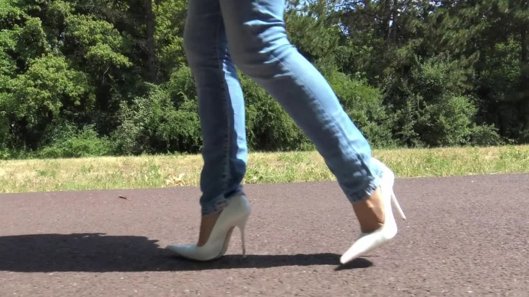 Pointed toe pumps walking
