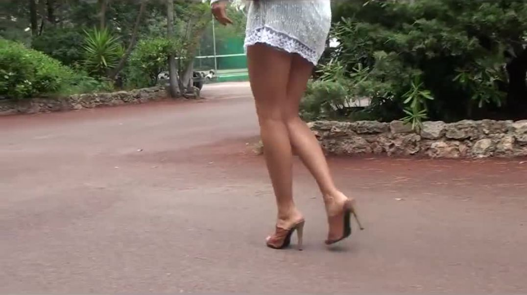 Mules walk - sexy milf with awesome legs