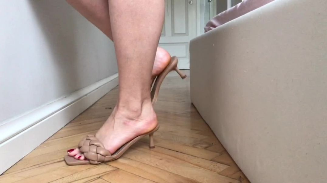 Sexy girl shoeplays Stradivarius mules - slapping sounds