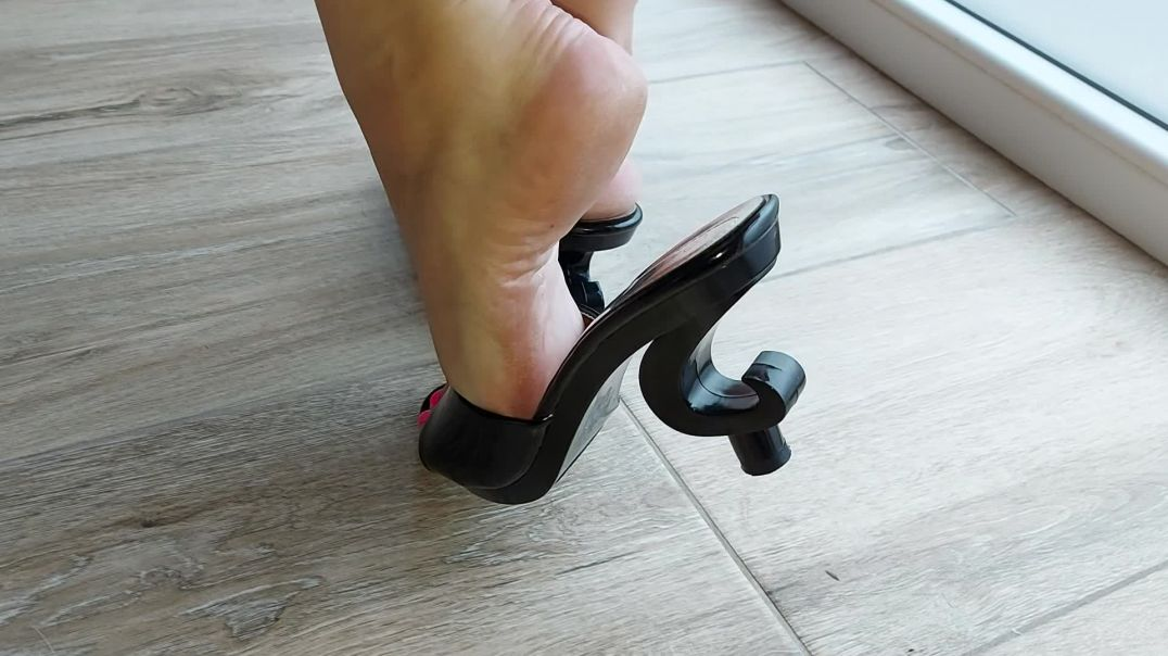 Mature pipa's feet in sexy mules