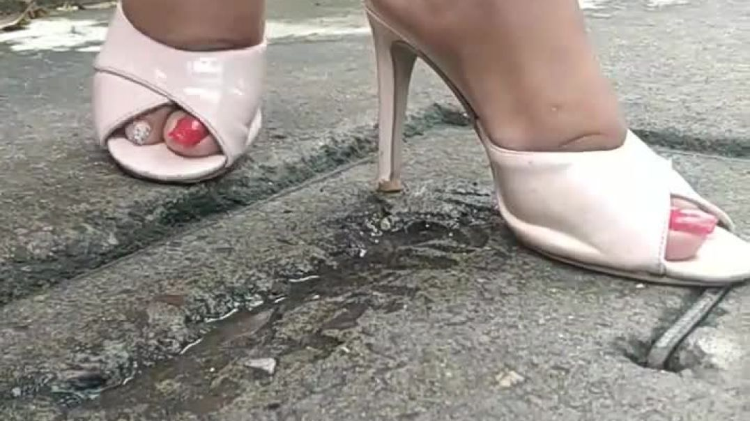 Sexy Slapping in Mules by Ernesto Amante Fetish